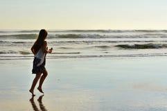 Νέο κορίτσι που τρέχει στην παραλία Στοκ εικόνα με δικαίωμα ελεύθερης χρήσης