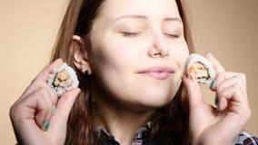 Νέο κορίτσι που τρώει τα σούσια απόθεμα βίντεο