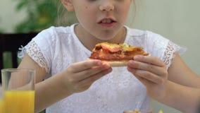 Νέο κορίτσι που τρώει την τσιγαρισμένη λιπαρή πίτσα, ανθυγειινή διατροφή, κίνδυνος γαστρίτιδας απόθεμα βίντεο