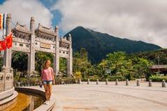 Νέο κορίτσι που υπερασπίζεται Po Lin το μοναστήρι Στοκ Φωτογραφίες