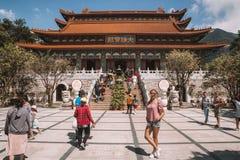Νέο κορίτσι που υπερασπίζεται Po Lin το μοναστήρι Στοκ Φωτογραφία