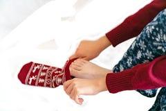 Νέο κορίτσι που φορά τις γυναικείες κάλτσες στο πρωί του νέου έτους στοκ φωτογραφία με δικαίωμα ελεύθερης χρήσης