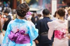 Νέο κορίτσι που φορά το ιαπωνικό κιμονό που στέκεται μπροστά από το ναό Sensoji στο Τόκιο, Ιαπωνία Το κιμονό είναι ένα ιαπωνικό π Στοκ Φωτογραφία