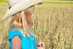Νέο κορίτσι που φορά το δυτικό καπέλο ύφους στοκ εικόνα