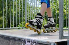 Νέο κορίτσι που φορά rollerblades Στοκ εικόνα με δικαίωμα ελεύθερης χρήσης