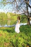 Νέο κορίτσι που χαλαρώνει την άνοιξη το πάρκο στοκ εικόνα
