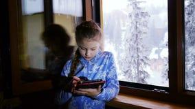 Νέο κορίτσι που χρησιμοποιεί την ταμπλέτα της φιλμ μικρού μήκους