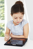 Νέο κορίτσι που χρησιμοποιεί την ταμπλέτα Στοκ φωτογραφία με δικαίωμα ελεύθερης χρήσης