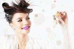 Νέο κορίτσι που χρησιμοποιεί το άρωμα, μπουκάλι του αρώματος, μυρίζοντας άρωμα Στοκ Εικόνες