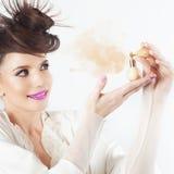 Νέο κορίτσι που χρησιμοποιεί το άρωμα, μπουκάλι του αρώματος, μυρίζοντας άρωμα Στοκ Φωτογραφίες