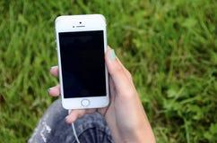 Νέο κορίτσι που χρησιμοποιεί το τηλέφωνό της Στοκ εικόνες με δικαίωμα ελεύθερης χρήσης