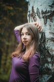 Νέο κορίτσι σε έναν θερινό περίπατο στο πάρκο Στοκ Φωτογραφίες