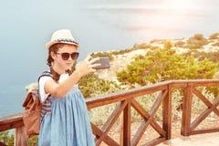 Νέο κορίτσι σε ένα καπέλο και φόρεμα με ένα σακίδιο πλάτης στοκ εικόνα με δικαίωμα ελεύθερης χρήσης