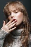 Νέο κορίτσι σε ένα πουλόβερ στο στούντιο Στοκ εικόνες με δικαίωμα ελεύθερης χρήσης