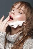 Νέο κορίτσι σε ένα πουλόβερ στο στούντιο Στοκ Εικόνα