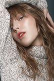 Νέο κορίτσι σε ένα πουλόβερ στο στούντιο Στοκ φωτογραφία με δικαίωμα ελεύθερης χρήσης