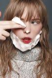 Νέο κορίτσι σε ένα πουλόβερ στο στούντιο Στοκ Εικόνες