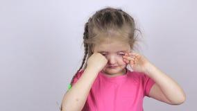 Νέο κορίτσι σε ένα ρόδινο πουκάμισο που τρίβει τα μάτια της απόθεμα βίντεο