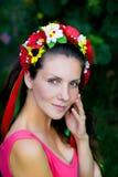 Νέο κορίτσι σε ένα στεφάνι Στοκ φωτογραφία με δικαίωμα ελεύθερης χρήσης