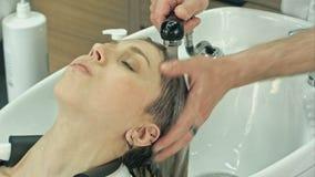 Νέο κορίτσι σε ένα barbershop απόθεμα βίντεο