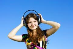 Νέο κορίτσι στα ακουστικά στοκ εικόνες με δικαίωμα ελεύθερης χρήσης