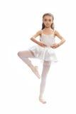 Νέο κορίτσι στα ενδύματα χορού της που φθάνουν κάτω για να αγγίξει το πόδι της Στοκ Εικόνες
