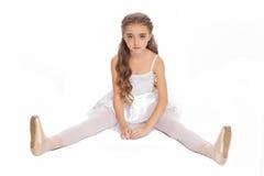 Νέο κορίτσι στα ενδύματα χορού της που φθάνουν κάτω για να αγγίξει το πόδι της Στοκ Φωτογραφίες