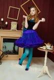 Νέο κορίτσι στην εικόνα της Alice στη χώρα των θαυμάτων Στοκ Εικόνα