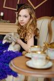 Νέο κορίτσι στην εικόνα της Alice στη χώρα των θαυμάτων Στοκ εικόνα με δικαίωμα ελεύθερης χρήσης