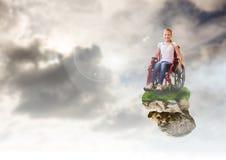 Νέο κορίτσι στην επιπλέουσα πλατφόρμα βράχου στον ουρανό στην αναπηρική καρέκλα απεικόνιση αποθεμάτων