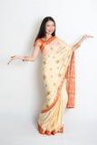 Νέο κορίτσι στην ινδική υποδοχή φορεμάτων της Sari στοκ φωτογραφίες με δικαίωμα ελεύθερης χρήσης