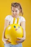 Νέο κορίτσι στην κίτρινη ανασκόπηση Στοκ εικόνα με δικαίωμα ελεύθερης χρήσης