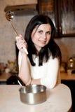 Νέο κορίτσι στην κουζίνα Στοκ εικόνα με δικαίωμα ελεύθερης χρήσης