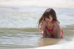 Νέο κορίτσι στην παραλία στοκ εικόνα