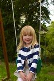Νέο κορίτσι στην ταλάντευση Στοκ Εικόνες