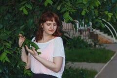 Νέο κορίτσι στην τοποθέτηση πουλόβερ στην οδό, η διάθεση πορτρέτου, Στοκ Φωτογραφία