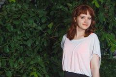 Νέο κορίτσι στην τοποθέτηση πουλόβερ στην οδό, η διάθεση πορτρέτου, Στοκ εικόνες με δικαίωμα ελεύθερης χρήσης