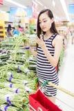 Νέο κορίτσι στην υπεραγορά Στοκ φωτογραφία με δικαίωμα ελεύθερης χρήσης