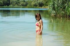 Νέο κορίτσι στη λίμνη ή τον ποταμό Στοκ Εικόνες