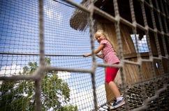 Νέο κορίτσι στη σκάλα σχοινιών Στοκ Εικόνα