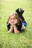 Νέο κορίτσι στη χλόη Στοκ εικόνα με δικαίωμα ελεύθερης χρήσης