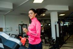 Νέο κορίτσι στον εκπαιδευτή γυμναστικής στοκ εικόνα