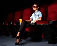 Νέο κορίτσι στον κινηματογράφο Στοκ Φωτογραφία
