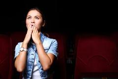 Νέο κορίτσι στον κινηματογράφο Στοκ Εικόνα