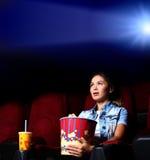 Νέο κορίτσι στον κινηματογράφο Στοκ Εικόνες