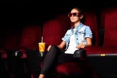 Νέο κορίτσι στον κινηματογράφο Στοκ Φωτογραφίες