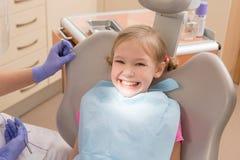 Νέο κορίτσι στον οδοντίατρο, οδοντική επεξεργασία Στοκ εικόνα με δικαίωμα ελεύθερης χρήσης