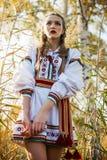 Νέο κορίτσι στο θερινό τομέα στα εθνικά λευκορωσικά ενδύματα, fas στοκ φωτογραφία με δικαίωμα ελεύθερης χρήσης