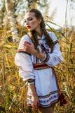 Νέο κορίτσι στο θερινό τομέα στα εθνικά λευκορωσικά ενδύματα, fas στοκ φωτογραφία