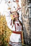 Νέο κορίτσι στο θερινό τομέα στα εθνικά λευκορωσικά ενδύματα, fas στοκ εικόνα με δικαίωμα ελεύθερης χρήσης
